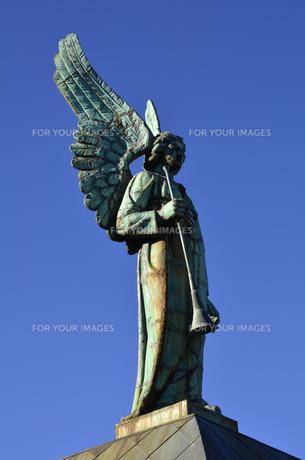 ノートルダム.ド.ボン.スクール教会に立つ像の素材 [FYI01000681]