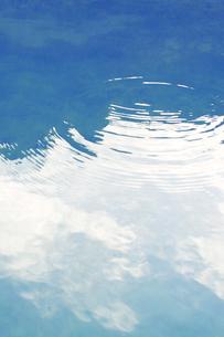 波紋と海面にうつる雲の素材 [FYI01003293]
