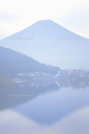 富士山と湖面にうつる富士の素材 [FYI01003357]