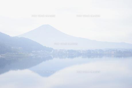 富士山と湖面にうつる富士の素材 [FYI01003383]