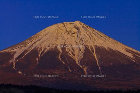 夕陽に染まる富士山の素材 [FYI01009721]