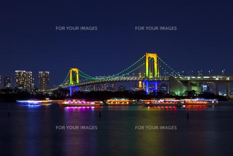 お台場から見たライトアップしたレインボーブリッジの素材 [FYI01011304]