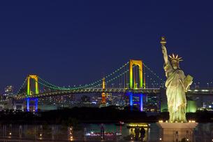 ライトアップしたお台場の自由の女神像とレインボーブリッジの素材 [FYI01011311]