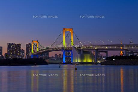 ライトアップしたレインボーブリッジの素材 [FYI01011375]