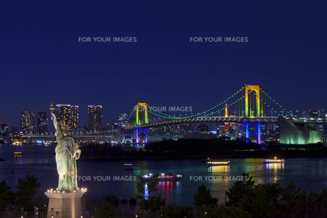 ライトアップしたお台場の自由の女神像とレインボーブリッジの素材 [FYI01011421]