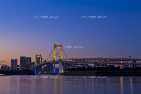 ライトアップしたレインボーブリッジの素材 [FYI01011534]