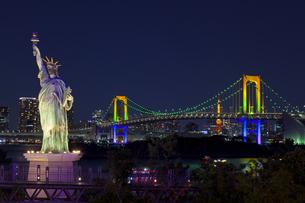 ライトアップしたお台場の自由の女神像とレインボーブリッジの素材 [FYI01011538]