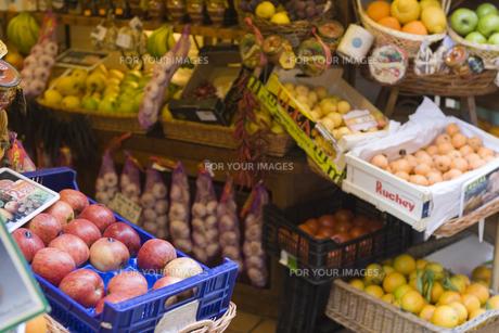 サント・ドミンゴ通り付近の果実店の素材 [FYI01013312]
