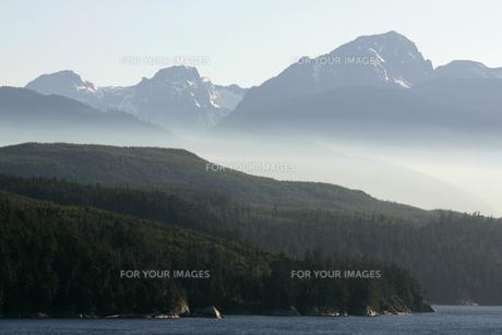 アラスカ湾と山並みの素材 [FYI01013754]