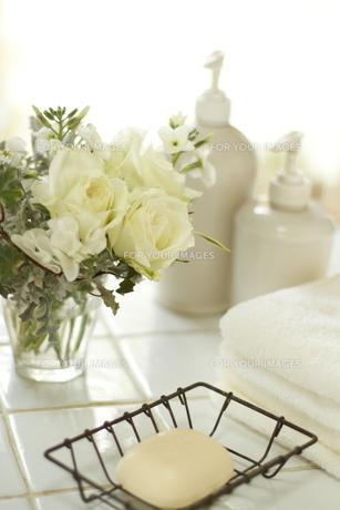 バスルームの石けんとタオルと白バラアレンジの素材 [FYI01014371]