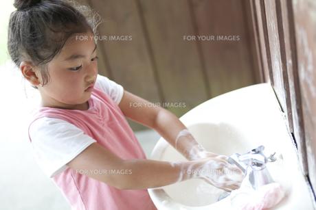 手を洗う女の子の素材 [FYI01014873]