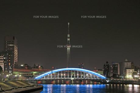 東京スカイツリーのライトアップ 中央大橋よりの素材 [FYI01015780]