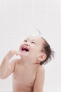 お風呂で笑顔の赤ちゃんの素材 [FYI01016538]