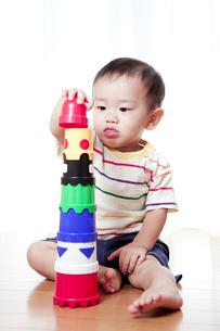 積み木で遊ぶ赤ちゃんの素材 [FYI01016544]