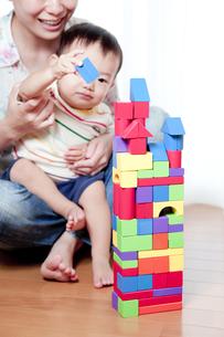 母親と一緒に積み木で遊ぶ赤ちゃんの素材 [FYI01016569]
