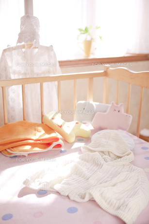 ハンガーとベッドにあるベビー服の素材 [FYI01016592]