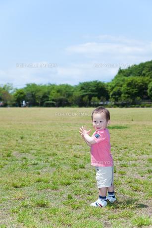 芝生の上で立つ笑顔の男の子の素材 [FYI01016595]
