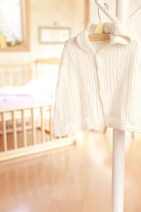 ベッドの前にあるハンガーにかけたベビー服の素材 [FYI01016620]