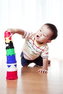 積み木で遊ぶ赤ちゃんの素材 [FYI01016623]