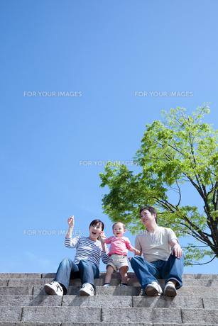 階段に座る家族と空の素材 [FYI01016624]
