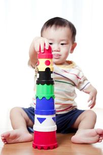 積み木で遊ぶ赤ちゃんの素材 [FYI01016629]