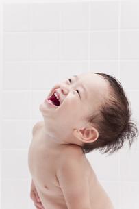 お風呂で笑顔の赤ちゃんの素材 [FYI01016630]