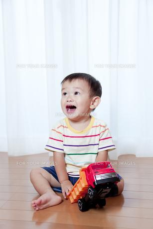 トラックのおもちゃで遊ぶ赤ちゃんの素材 [FYI01016658]