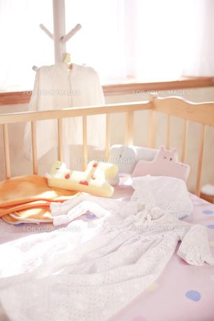 ハンガーとベッドにあるベビー服の素材 [FYI01016665]