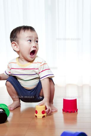 積み木で遊ぶ赤ちゃんの素材 [FYI01016681]