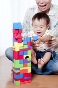 母親と一緒に積み木で遊ぶ赤ちゃんの素材 [FYI01016693]