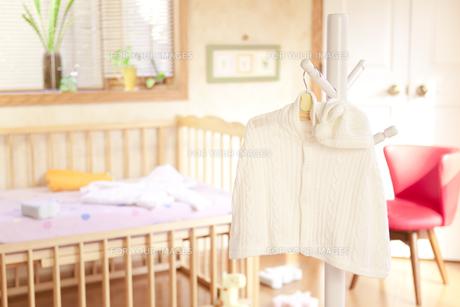 ベッドの前にあるハンガーにかけたベビー服の素材 [FYI01016697]
