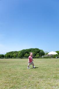 芝生の上を走る男の子の素材 [FYI01016702]