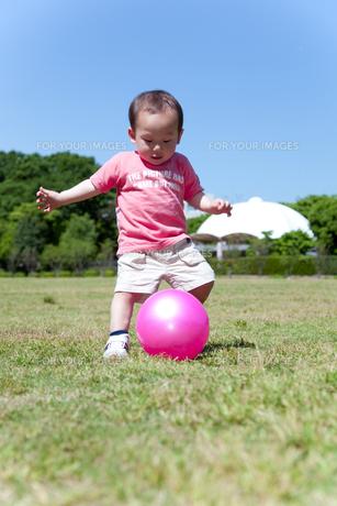 ボールで遊ぶ男の子の素材 [FYI01016705]