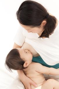 赤ちゃんに授乳をする母親の素材 [FYI01016710]