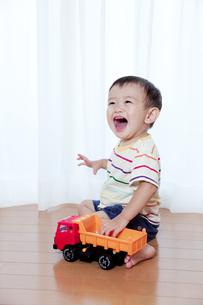 トラックのおもちゃで遊ぶ赤ちゃんの素材 [FYI01016715]