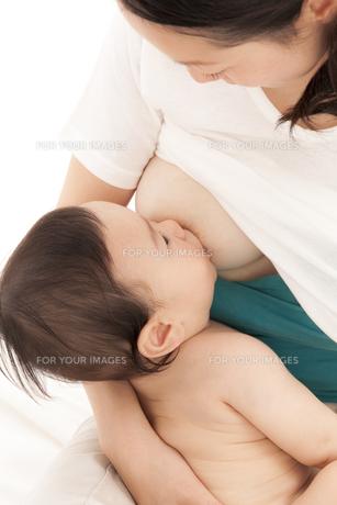 赤ちゃんに授乳をする母親の素材 [FYI01016763]