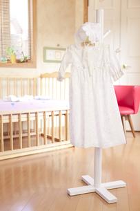 ベッドの前にあるハンガーにかけたベビー服の素材 [FYI01016771]