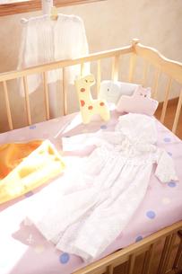 ハンガーとベッドにあるベビー服の素材 [FYI01016786]