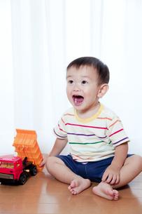 トラックのおもちゃで遊ぶ赤ちゃんの素材 [FYI01016799]
