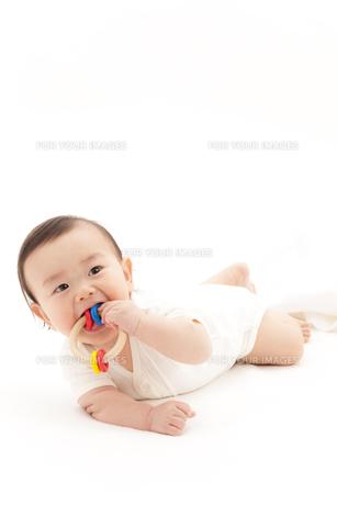おしゃぶりをする赤ちゃんの素材 [FYI01016800]