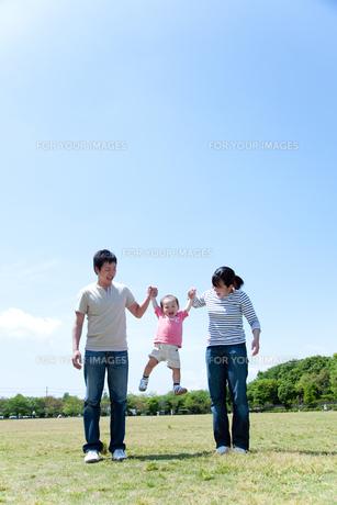 手を繋いで男の子を持ち上げる父と母の素材 [FYI01016873]