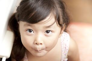 面白い顔をする女の子の素材 [FYI01018409]