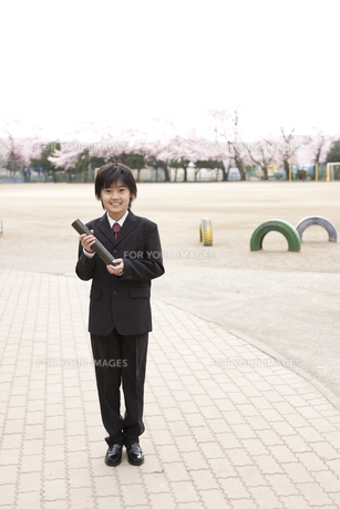 桜咲く校庭で卒業式の小学生の素材 [FYI01018442]