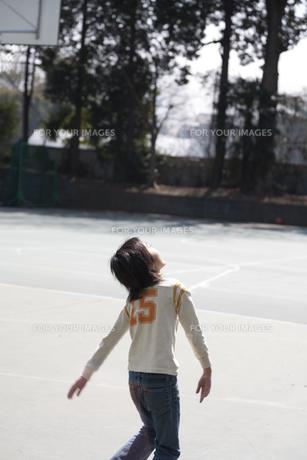 学校の校庭でバスケットボールをする男の子の素材 [FYI01018762]