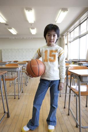 学校の教室でバスケットボールを抱える男の子の素材 [FYI01018806]