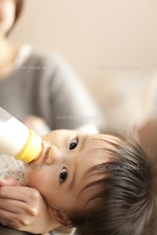 母親に抱かれてミルクを飲む男の子の赤ちゃんの素材 [FYI01018820]
