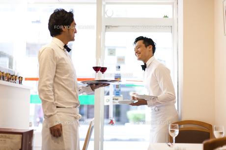 レストランでワインや料理を運ぶ制服のウエイターの素材 [FYI01018825]