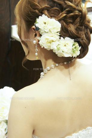 結婚式で髪に花飾りをつけた花嫁の後ろ姿の素材 [FYI01018911]