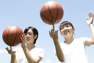 バスケットボールと仲良し女子高生の素材 [FYI01018975]