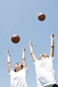 バスケットボールを空に投げる仲良し女子高生の素材 [FYI01019018]